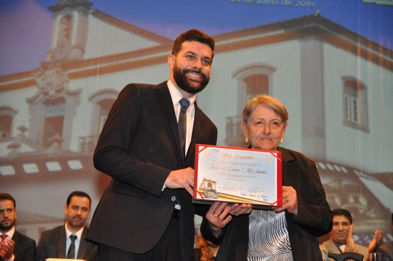 Maria do Carmo Mól Santos recebe o Mérito Legislativo do vereador Cristiano Silva Vilas Boas (PT).