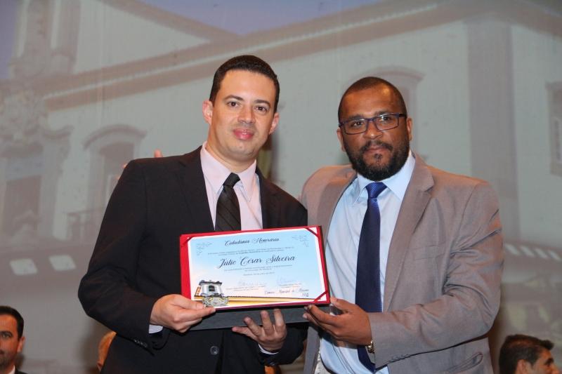 O vereador Ronaldo Bento (PSB) entrega a Júlio César Silveira o título de Cidadania Honorária.
