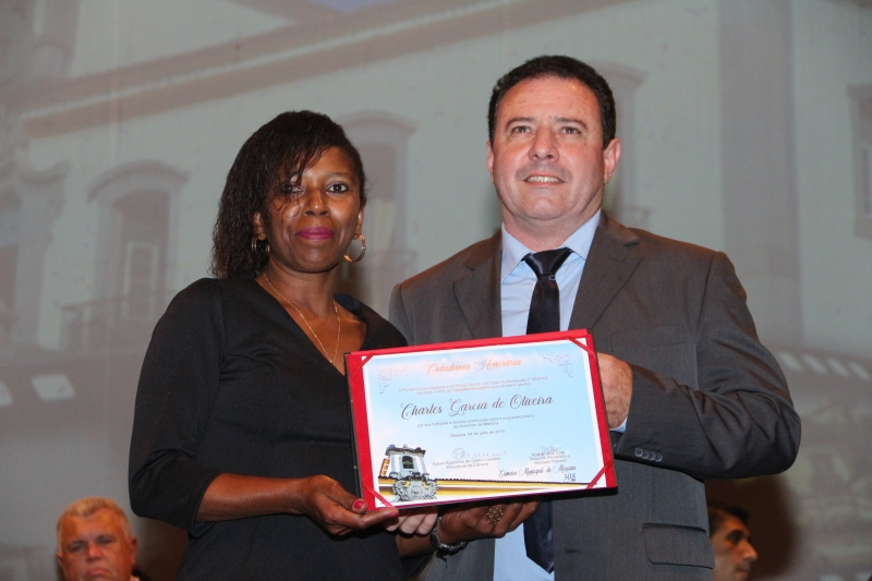 Charles Oliveira, representado por Tereza Gertrudes, recebe a Cidadania Honorária do vereador Adimar Cota (PSC).