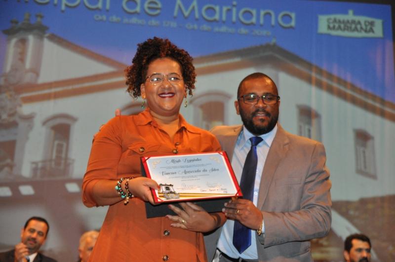 Vanessa da Silva recebeu o Mérito Legislativo pelas mãos do vereador Ronaldo Bento (PSB).