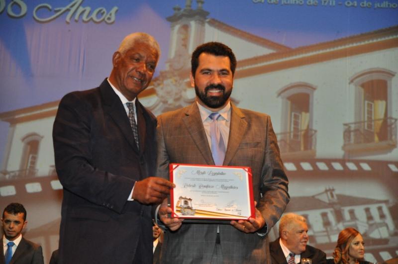 Roberto Magalhães recebe o Mérito Legislativo pelas mãos do vereador Bruno Mól (MDB).