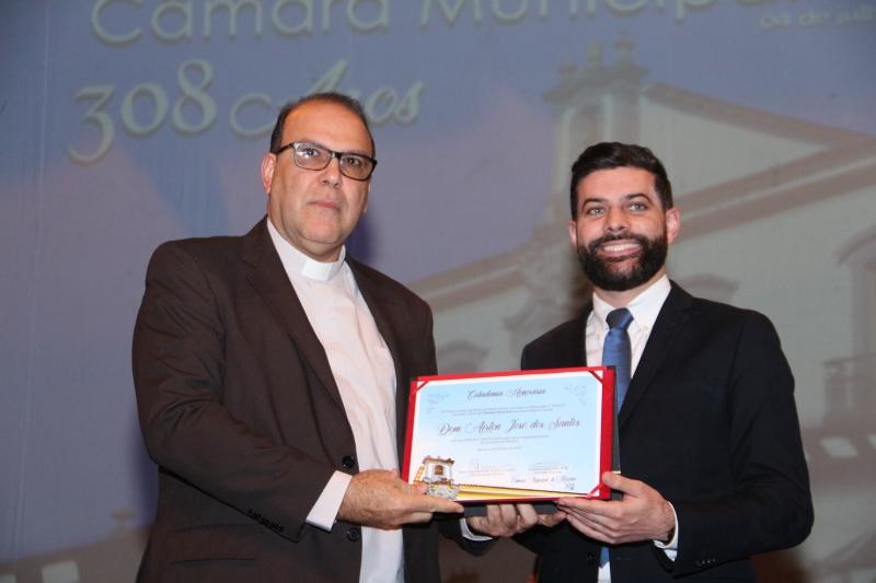 Dom Airton, representado por Cônego Nedsons, recebe o título de Cidadania Honorária do vereador Cristiano (PT).