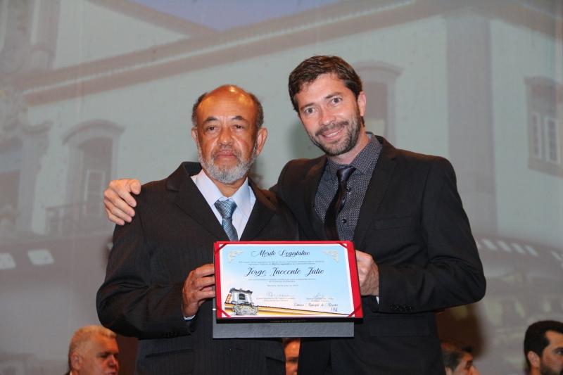 Jorge Júlio recebe o Mérito Legislativo pelas mãos do vereador Gerson Teixeira da Cunha (PSC).