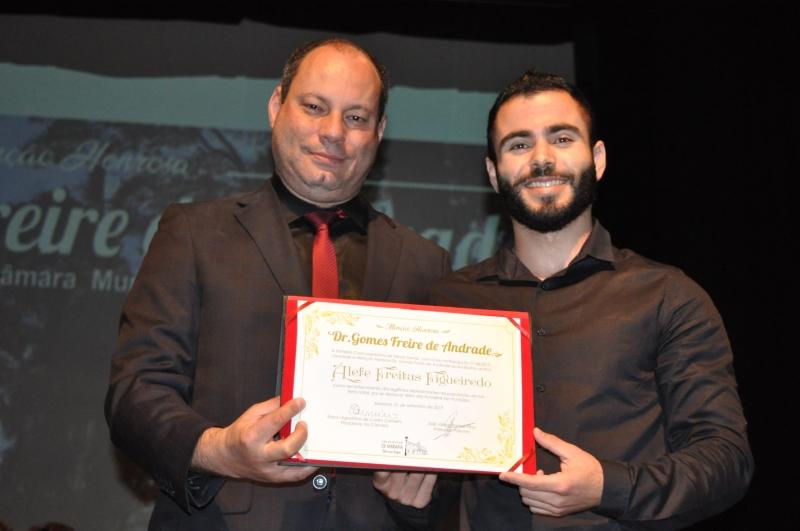 José Jarbas Ramos Filho entrega a comenda ao seu homenageado.