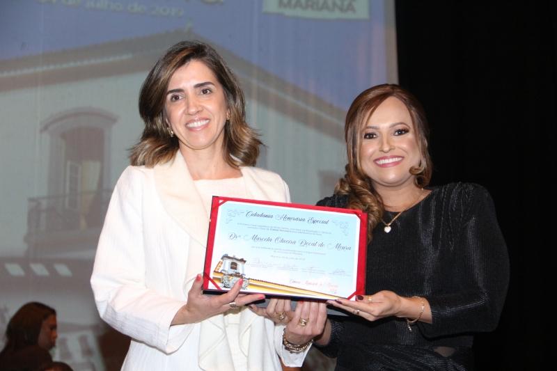 A juíza Marcela Decat recebe a Cidadania Honorária Especial pelas mãos da vereadora Daniely Alves (PR).