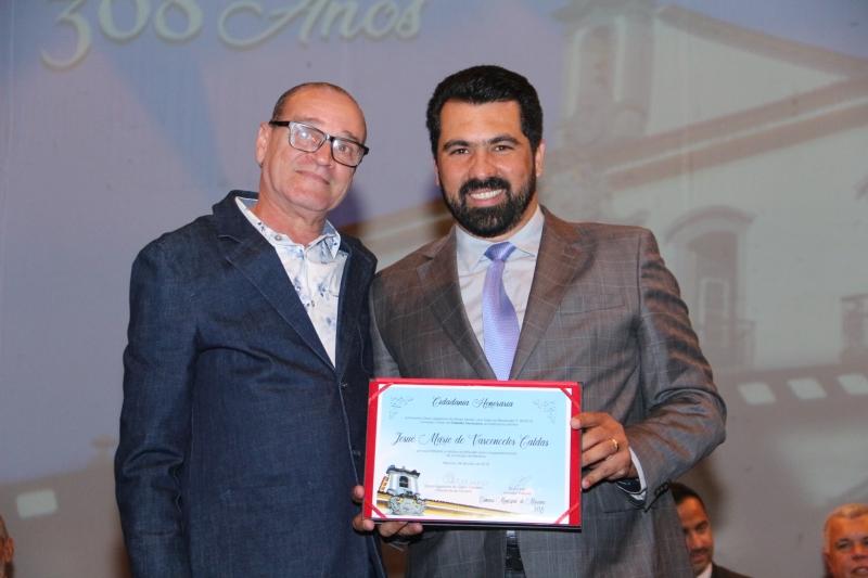 Josué Mario de Vasconcelos Caldas recebe o título de Cidadania Honorária pelas mãos do vereador Bruno Mól (MDB).
