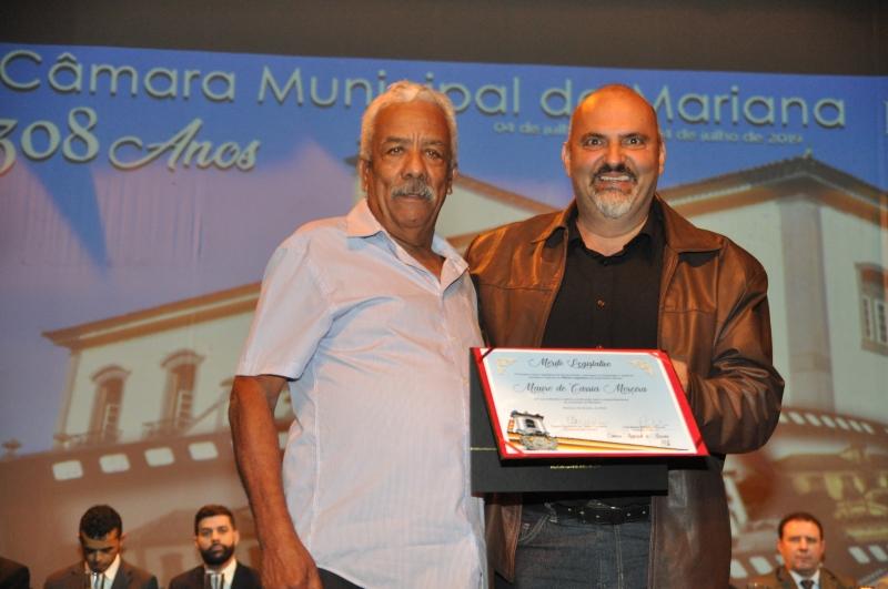 Mauro Moreira recebe o Mérito Legislativo pelas mãos do vereador João Bosco Cerceau Ibrahim (PP).
