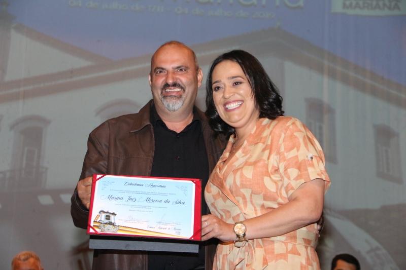 Marina Inêz recebe a Cidadania Honorária do vereador Fernando Sampaio (PRB) representado pelo vereador João Bosco (PP).