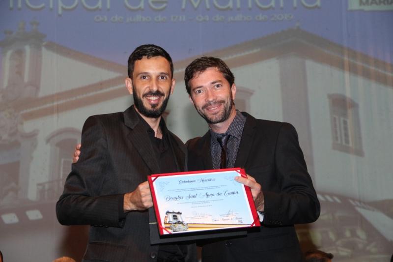 Douglas Santana recebe o título de Cidadania Honorária pelas mãos do vereador Gerson Teixeira da Cunha (PSC).