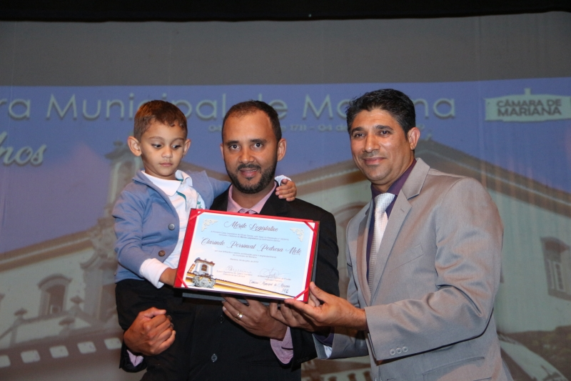 Clarindo Neto recebe o Mérito Legislativo pelas mãos do vereador Antônio Marcos Ramos de Freitas (PHS).