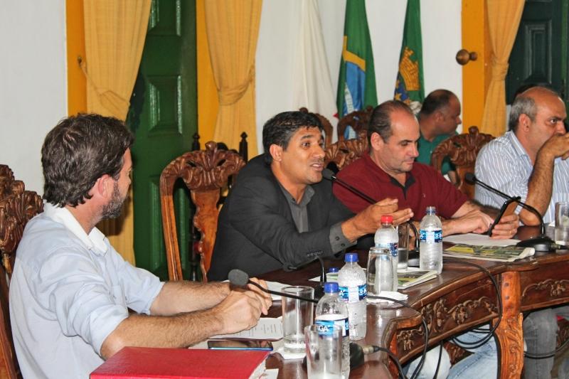 Vereadores debatem durante 37ª Reunão Ordinária.