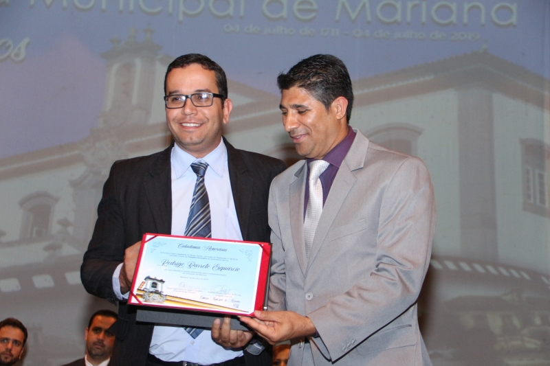 Rodrigo Esquárcio recebe o título de Cidadania Honorária pelas mãos do vereador Antônio Marcos Ramos de Freitas (PHS).