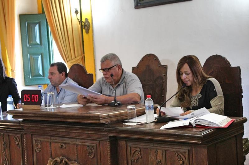 Mesa diretora durante leitura da pauta do dia.