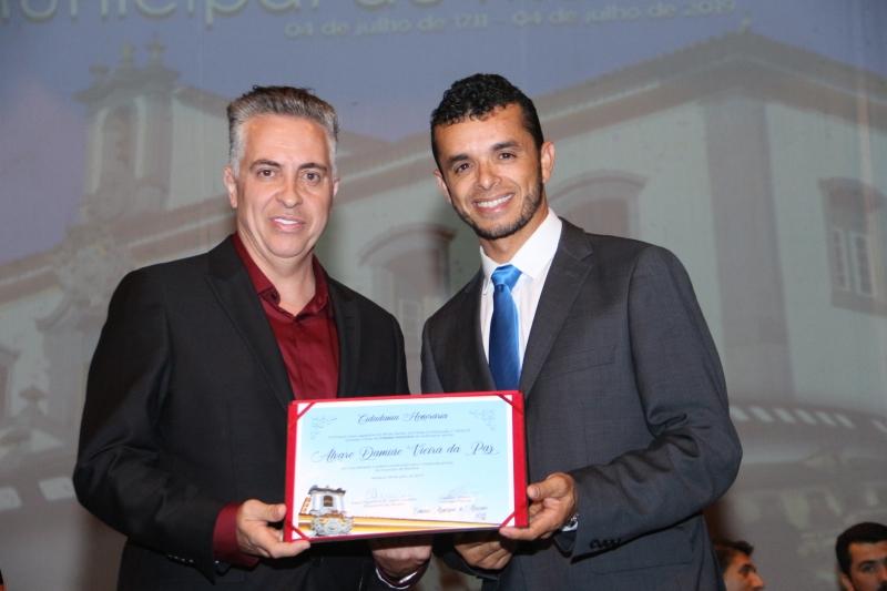 Álvaro Damião recebe o título de Cidadania Honorária pelas mãos do vereador Deyvson Ribeiro (SD).