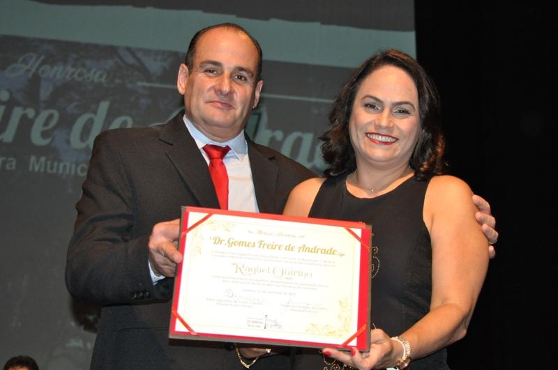 Fernando Sampaio entrega a comenda a sua homenageada.