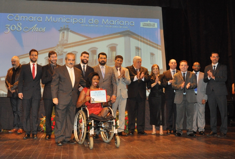 Rosemari dos Santos posa com todos os vereadores de Mariana e o prefeito.