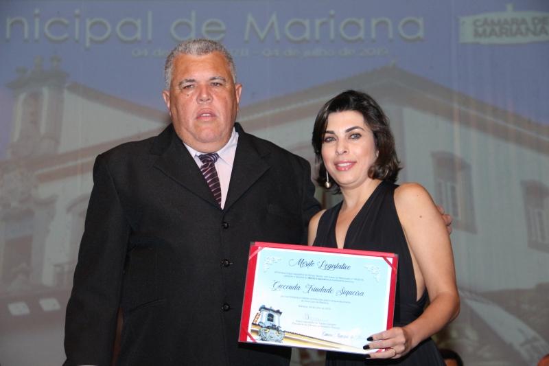 Gioconda Trindade Siqueira recebe o Mérito Legislativo pelas mãos do vereador Edson Agostinho de Castro Carneiro (PPS).