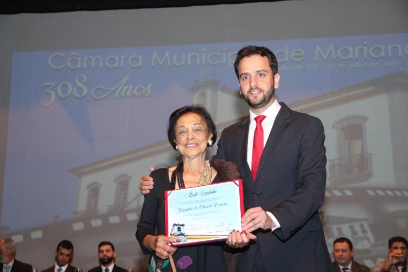 Terezinha Ferreira recebe o Mérito Legislativo pelas mãos do vereador Juliano Duarte (Cidadania).
