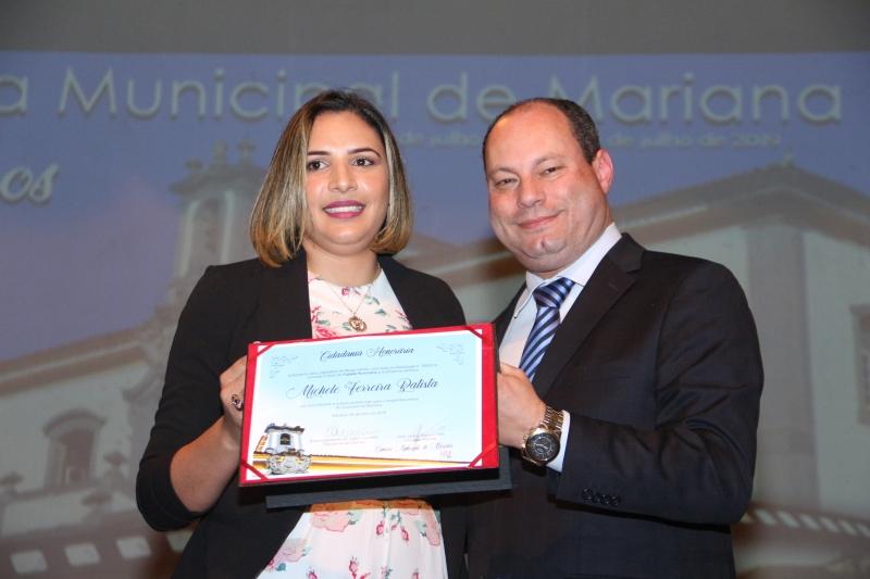 O vereador José Jarbas Ramos Filho (PTB) entrega a Cidadania Honorária a Michele Ferreira.
