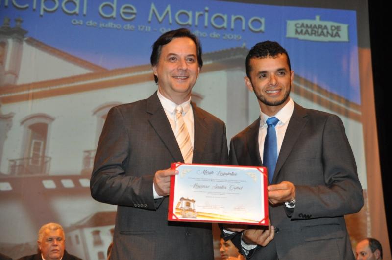 Navarro Santos Gríbel recebe o Mérito Legislativo pelas mãos do vereador Deyvson Ribeiro (SD).