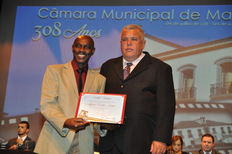 Antônio Primo recebe o título de Cidadania Honorária pelas mãos do vereador Edson Agostinho (Cidadania).