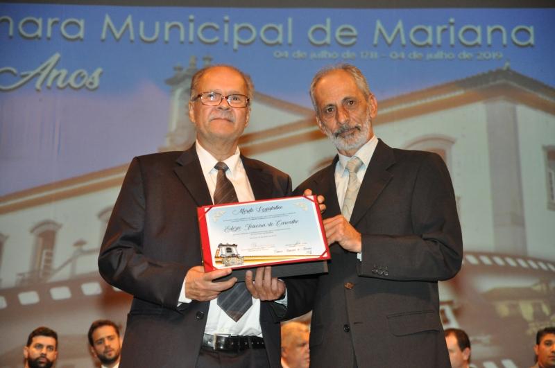 Edézio Carvalho recebe o Mérito Legislativo pelas mãos do vereador Geraldo Sales de Souza (PDT).
