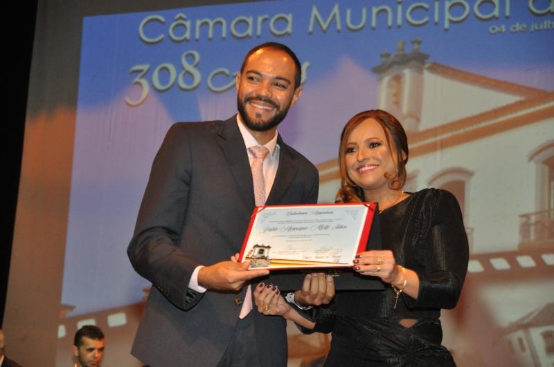 A vereadora Daniely Alves (PR) entrega o título de Cidadania Honorária a Pablo Henrique Mello Silva.