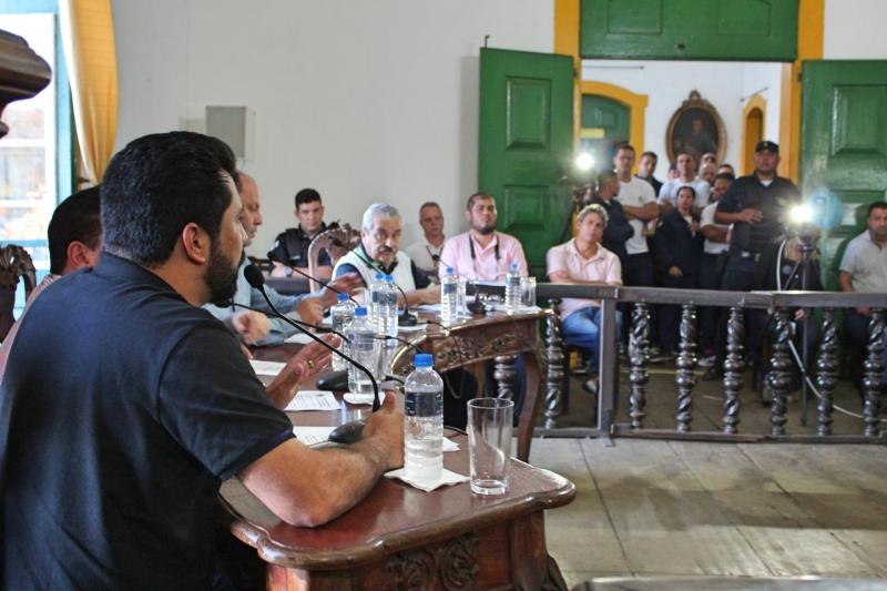 Vereadores debatem os requerimentos apresentados durante a reunião.