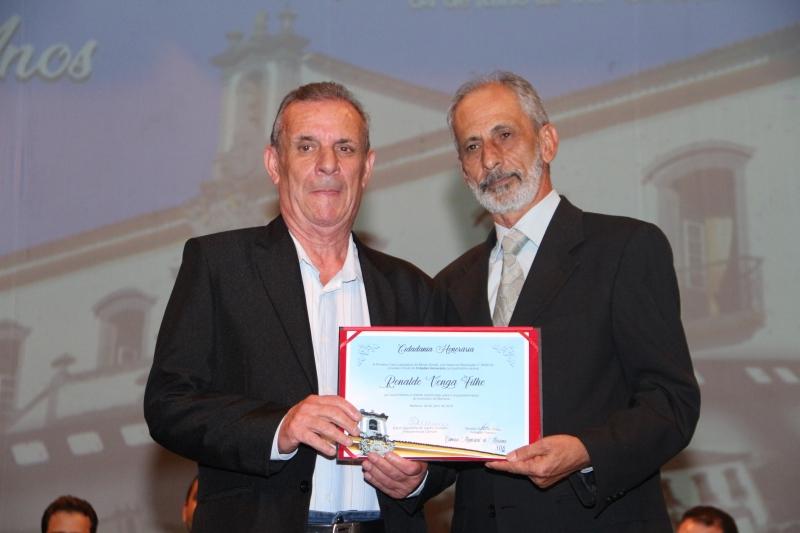 Ronaldo Venga Filho recebe o título de Cidadania Honorária pelas mãos do vereador Geraldo Sales de Souza (PDT).