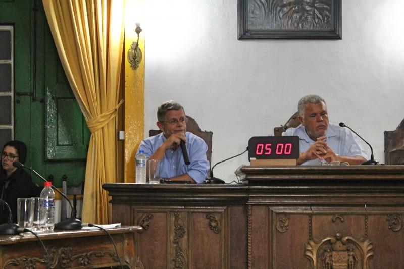 Secretário de Obras, Fábio Vieira, presta esclarecimentos aos vereadores.